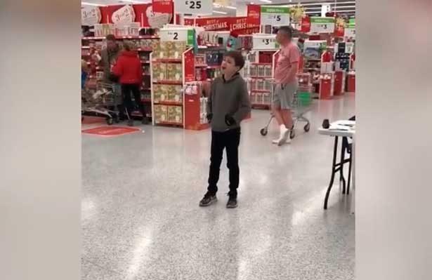 Niño autista canta y conmueve en Centro Comercial [Video]