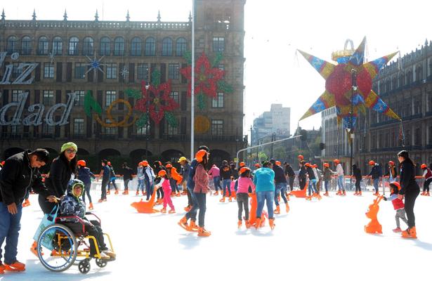 Abren pista de hielo y prenden alumbrado navideño en el Zócalo