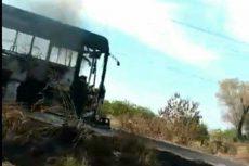 Desconocidos queman un autobús en Apatzingán