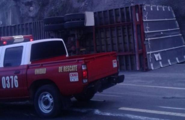 Volcadura de tráiler provoca caos en la México-Toluca