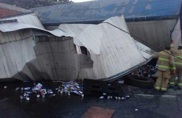 Vuelca tráiler que transportaba cerveza sobre la México – Toluca