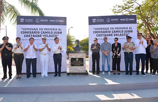 Encabeza Gobernador Yunes homenaje al Comisario Camilo Juan Castagné Velazco