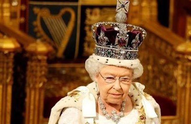 """Puede """"romperte el cuello"""", así describe Isabel II el enorme peso de la corona"""