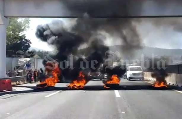 Con bloqueo de autopista exigen liberación de regidor en Puebla
