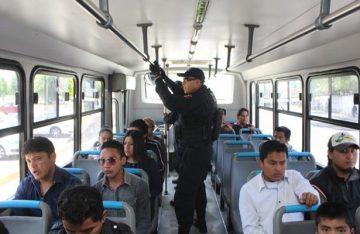 """Detienen a """"parejita"""" dedicada al robo con violencia en transporte público"""