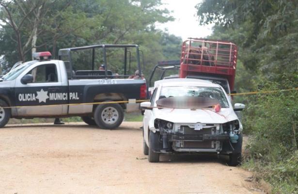 Dejan cabezas con un mensaje de amenaza sobre el cofre de un vehículo