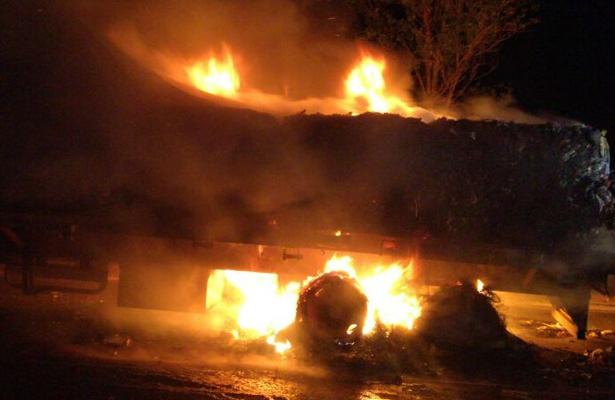 Arde camión de basura en la México- Puebla