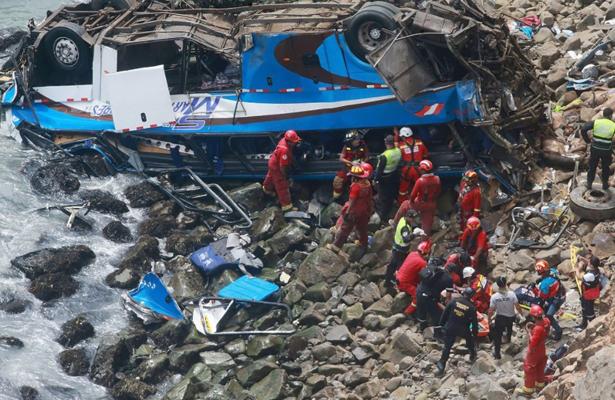 Caída de autobús mata a 25 de personas, en Perú