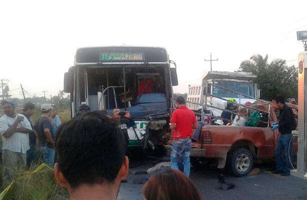 Terrible accidente entre camión y camioneta deja seis muertos