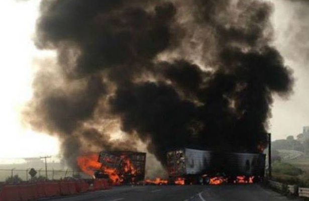 Cierran la México- Querétaro por fuerte choque de camiones