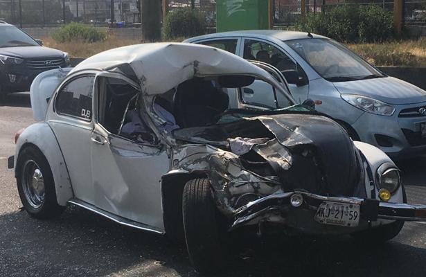 """""""Voló"""" al impactarse contra una camioneta en Av. Central"""