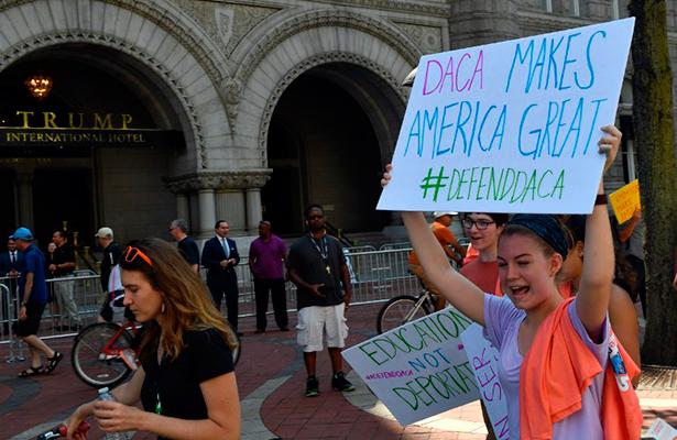 Trump desata su ira tras la orden judicial que favorece a jóvenes indocumentados