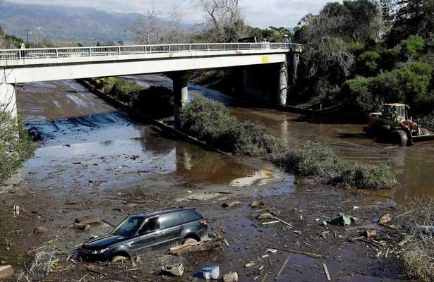 Aumentan a 17 muertes por deslaves en California