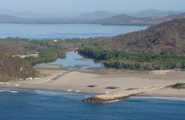 Por mar y tierra se busca embarcación desaparecida en Oaxaca