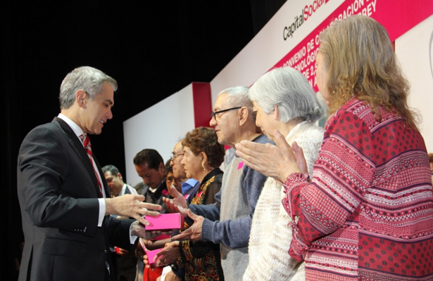 Mancera anuncia aumento a tarjeta de pensión alimentaria para adultos mayores