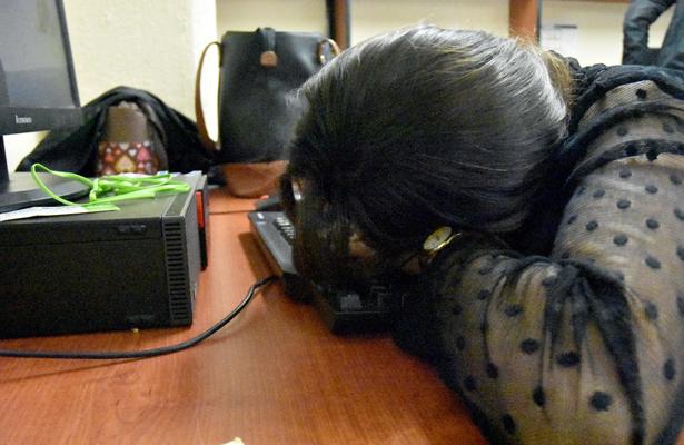 Jóvenes duermen la mitad del tiempo por utilizar dispositivos electrónicos: Especialista