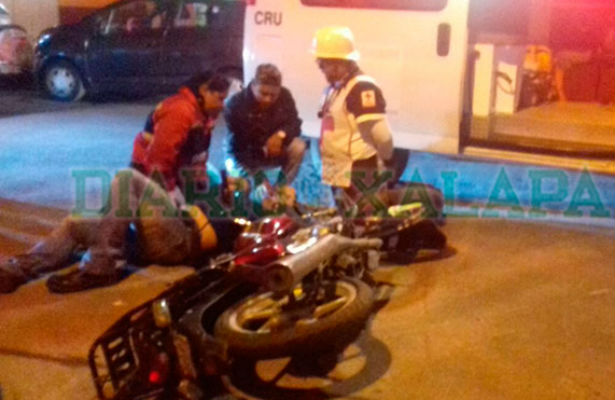 Taxista atropella a motociclista y se da a la fuga