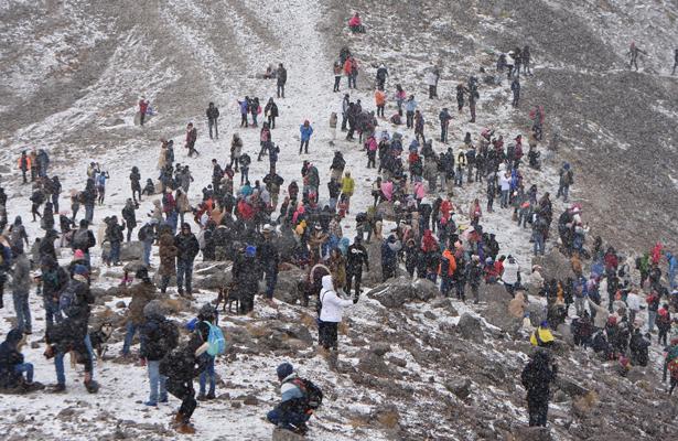 Debido a la caída de nieve miles de personas visitaron el Nevado de Toluca