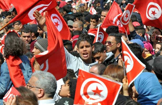 Arrestan a más de 200 personas por protestas y saqueos en Túnez