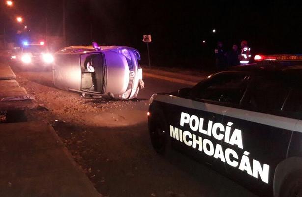 Joven alcoholizado vuelca su auto en Michoacán