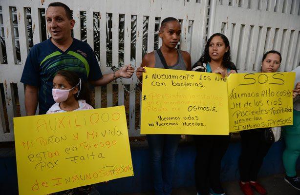Padres de niños venezolanos se encadenan en hospital para exigir medicinas