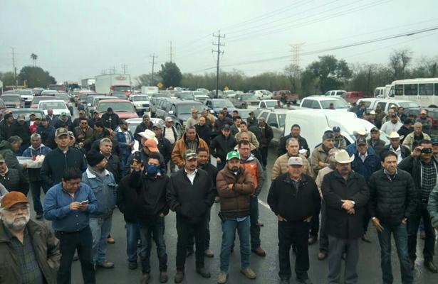 Bloquean campesinos cruce internacional en Reynosa