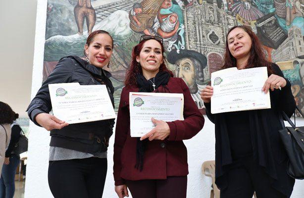 Entregan constancias a mujeres emprendedoras, en Naucalpan