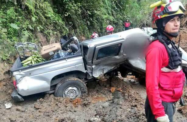 Derrumbe sepulta autos y deja al menos cuatro muertos en Ecuador