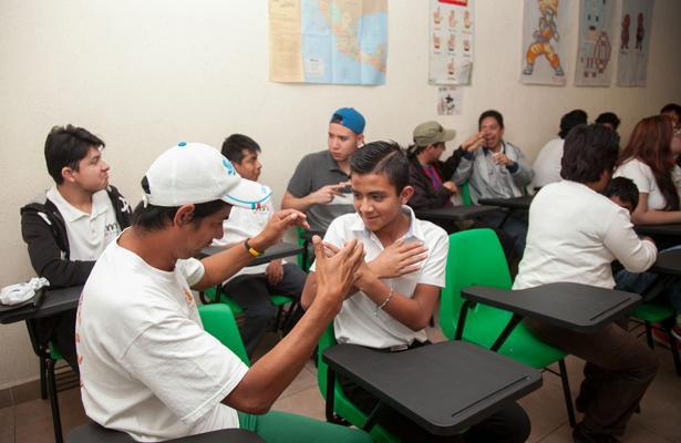 Obtienen certificado de educación básica personas con discapacidad auditiva de Ecatepec