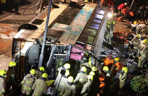 Volcadura de autobús en Hong Kong deja 19 muertos