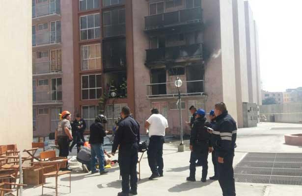 Sofocan incendio en departamento de Iztapalapa