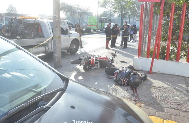 Motociclista se impacta contra poste y muere de inmediato