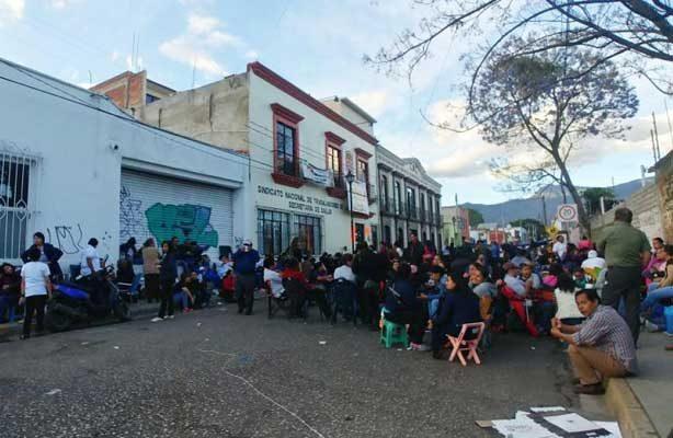 Trabajadores de Salud prolongan su paro en Oaxaca