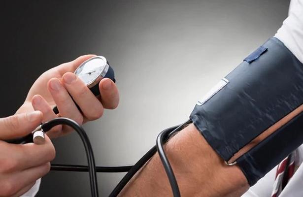 Presión arterial es más alta en invierno: especialista