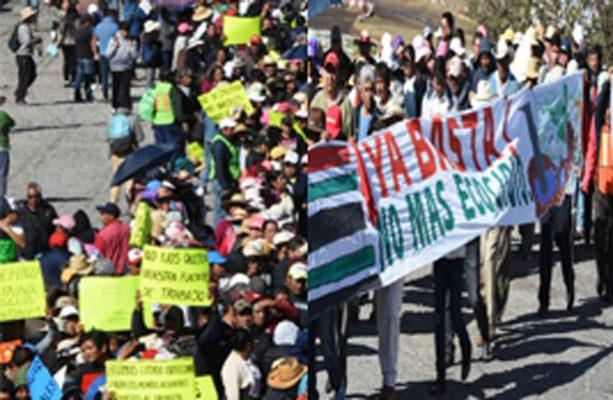 Marchan ejidatarios de Ocoyoacac a los Pinos contra el Tren