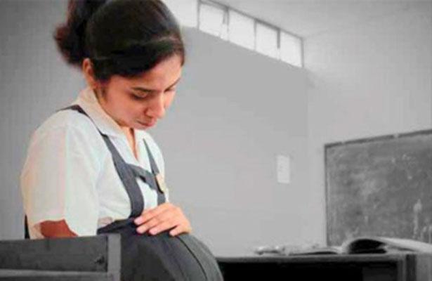 El embarazo adolescente causa deserción escolar