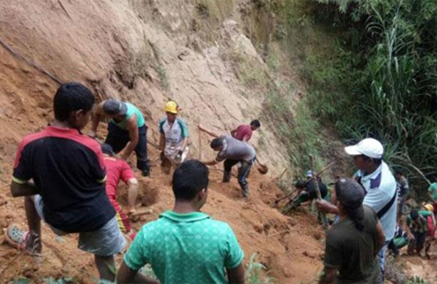 Socorristas colombianos trabajan en rescate de siete mineros