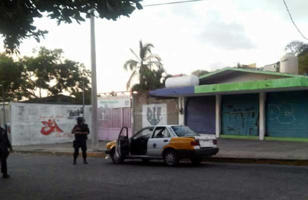Tras enfrentamiento, localizan cadáver de taxista dentro de cajuela en Acapulco