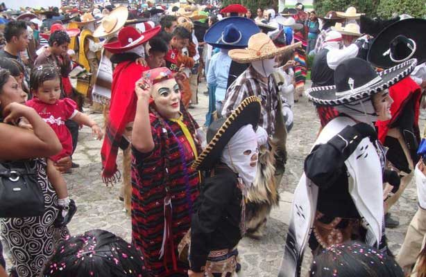 Deslumbra el carnaval de la zona Triqui de Oaxaca