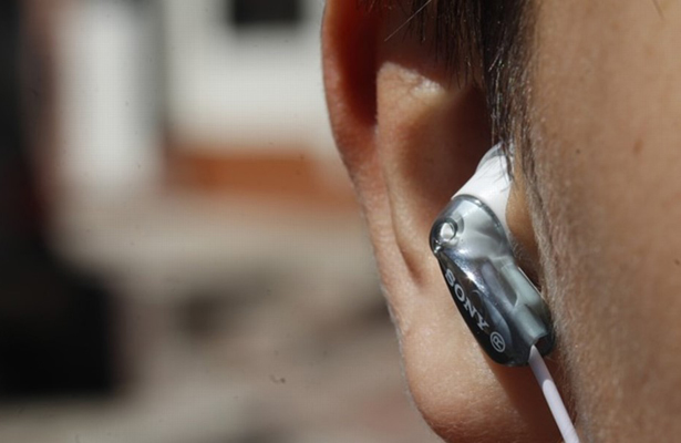 Uso constante de audífonos y cotonetes podría ocasiona otitis