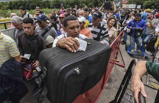 Colombia refuerza controles en frontera con Venezuela ante ola migratoria