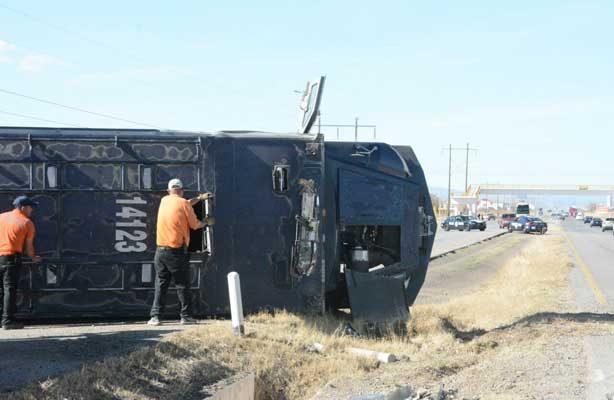 Vuelca camión de federales en la carretera a Juárez