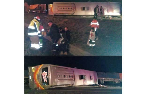 Volcó camión lleno de pacientes del IMSS en Autopista Vallarta; un muerto y 20 heridos