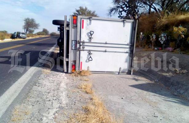 Vuelca su camioneta para atrapar a sus asaltantes