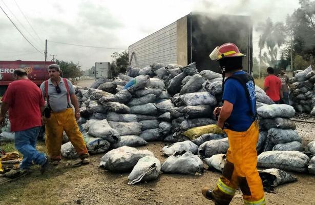 Arde tráiler que transportaba varias toneladas de carbón