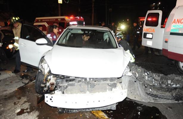 Destroza su vehículo tras chocar contra camión en la Doctores