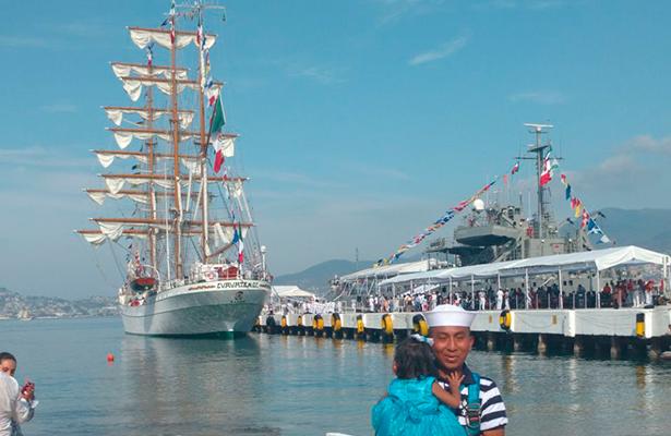 """El buque escuela """"Cuauhtémoc"""", zarpa de Acapulco, Guerrero"""