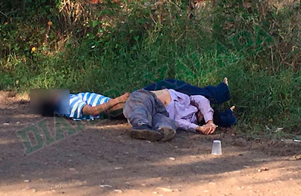 Tiran dos cadáveres en una terracería cerca de pozo petrolero