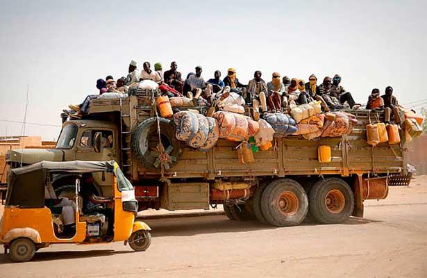 Mueren 19 personas al volcar un camión con inmigrantes en Libia