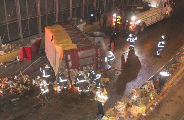 Vuelca camioneta y provoca caos en el Circuito Interior